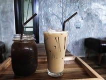 Glacez le café noir et le café de glace sur la table en bois photo stock
