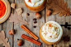 Glacez le latte d'épice de potiron de miel avec la crème fouettée images stock