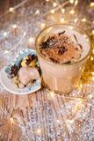 Glacez le latte d'épice de potiron de miel avec la crème fouettée la tonalité sélecteur photos libres de droits