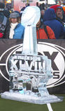 Glacez le logo découpé du Super Bowl XLVIII présenté sur Broadway à la semaine du Super Bowl XLVIII à Manhattan Images stock