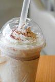 Glacez le milk-shake de chocolat et la crème fouettée dans la tasse en plastique à emporter image stock