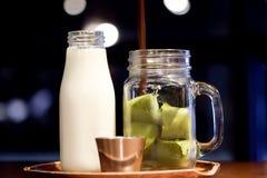 Glacez le thé au lait vert de macha ou de matcha photo stock