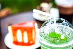 Glacez le thé vert sur le gâteau proche de table images stock