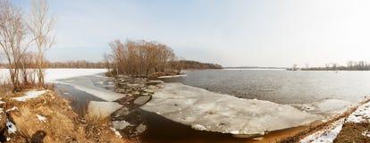 Glacez les fragments sous la couche mince d'eau de rivière congelée Image stock