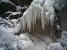 Glacez les glaçons sur la montagne rocheuse avec une neige Photographie stock