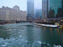 Glacez les gros morceaux sur une rivière Chicago congelée en janvier à côté de riverwalk couvert par neige Images stock