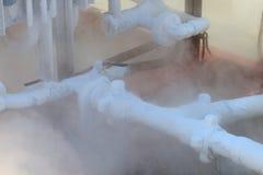 Glacez sur la tuyauterie quand azote d'approvisionnement pour traiter, récipient avec de l'azote liquide, sort de la vapeur, glac Images libres de droits
