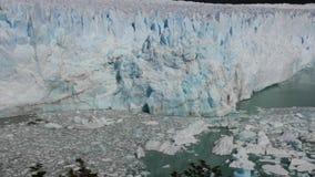 Glaciär Chile los Glaciares med den rena vattensjön arkivfilmer