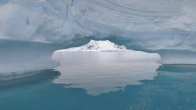 Glaciär för blått vatten för hav för isbergbågeAntarktis arkivfilmer
