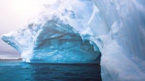 Glaciär med inre svänga för naturlig grotta på vatten arkivfilmer