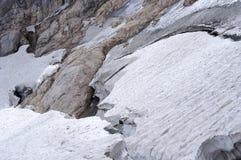 Glaciär med sprickor på bergen Arkivbild