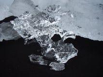 Glaciär på den svarta sandstranden, Jokulsarlon, Island Royaltyfri Bild