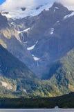 Glaciär på en överkant av berg Arkivfoton