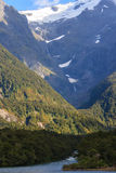 Glaciär på en överkant av berg Royaltyfria Bilder
