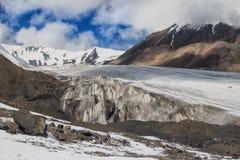 Glaciär på en bakgrund av berg och blå himmel Royaltyfri Fotografi