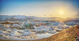 Glaciär sjösolnedgång - den Island Jokulsarlon lagun - Island Royaltyfria Foton
