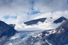 Glaciär, snö och moln i höga alpina berg Royaltyfri Bild