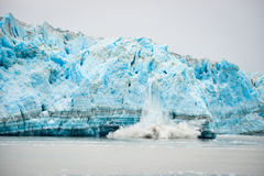Glaciär som kalvar - naturligt fenomen Royaltyfri Bild
