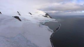 Glaciären tvättas av havet Andreev arkivfilmer