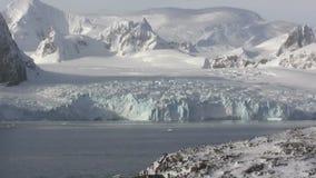 Glaciärer och berg av den antarktiska halvön på en sommardag arkivfilmer