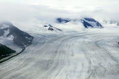 Glaciärer och berg i moln, Kluane nationalpark, Yukon Royaltyfria Foton