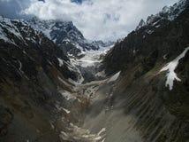 Glaciärfoto nära staden av Mestia, Svaneti som göras från luften genom att använda quadrocopters Royaltyfria Bilder