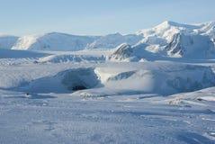 Glaciärgrotta och äldst antarktisk station på ön nära t arkivfoto