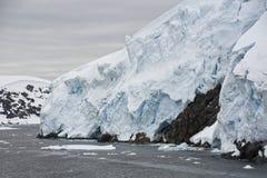 Glaciärs kant på en molnig dag royaltyfria bilder