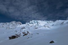 Glaciärseracssprickor som är upplysta vid solen i snöig vinter, landar Royaltyfri Bild