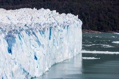 Glaciärväggändelse i rent vatten i Sydamerika arkivfoto