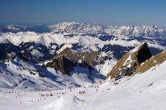Glaciar Austria de la cuesta del esquí de la montaña con los esquiadores Fotografía de archivo