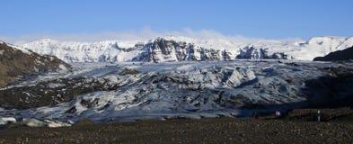 Glaciar blanco enorme en las montañas del fondo imagen de archivo