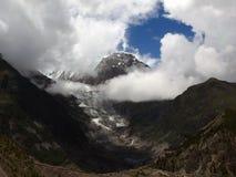 Glaciar de Ganggapurna cubierto en nubes de la monzón Foto de archivo