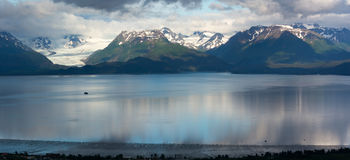 Glaciar de Grewingk y bahía de Kachemak debajo de las nubes Imagen de archivo