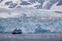 Glaciar de Hubbard - un barco de cruceros se acerca Fotografía de archivo