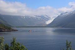 Glaciar de Svartisen con las nubes de levantamiento en Noruega Foto de archivo libre de regalías