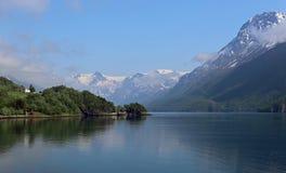 Glaciar de Svartisen con las nubes de levantamiento en Noruega Fotografía de archivo