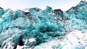 Glaciar del color único hermoso de la turquesa en el fondo de la nieve en el ártico almacen de metraje de vídeo