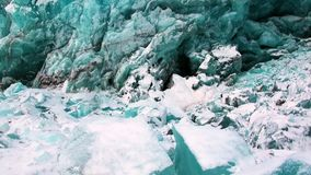 Glaciar del color único hermoso de la turquesa en el fondo de la nieve en el ártico almacen de video