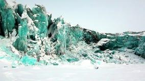 Glaciar del color de la turquesa en el fondo de la nieve en el ártico almacen de metraje de vídeo