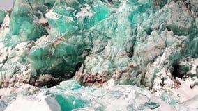 Glaciar del color de la turquesa en el fondo de la nieve en el ártico almacen de video