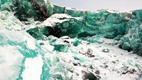 Glaciar del color de la turquesa en el fondo de la nieve en el ártico metrajes