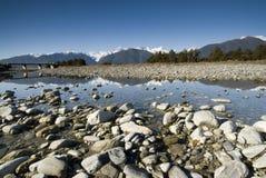 Glaciar del Fox reflejado en el río del Fox imagenes de archivo