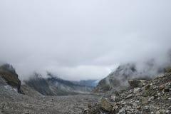 Glaciar en fondo de la niebla Imagenes de archivo
