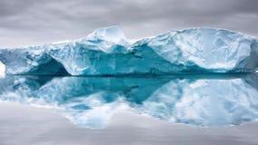 Glaciar grande en la nieve con el reslection en agua Cantidad de la cámara lenta