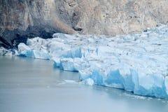 Glaciar isberg som kommer i vatten Royaltyfri Foto