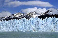 Glaciar Perito Moreno con el rango de montaña Imagen de archivo libre de regalías