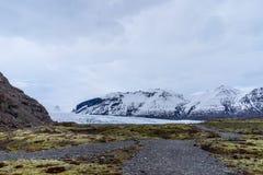 Glaciar rodeado por las montañas Fotos de archivo