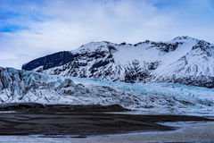 Glaciar rodeado por las montañas Imagenes de archivo