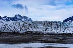 Glaciar rodeado por las montañas Fotografía de archivo libre de regalías